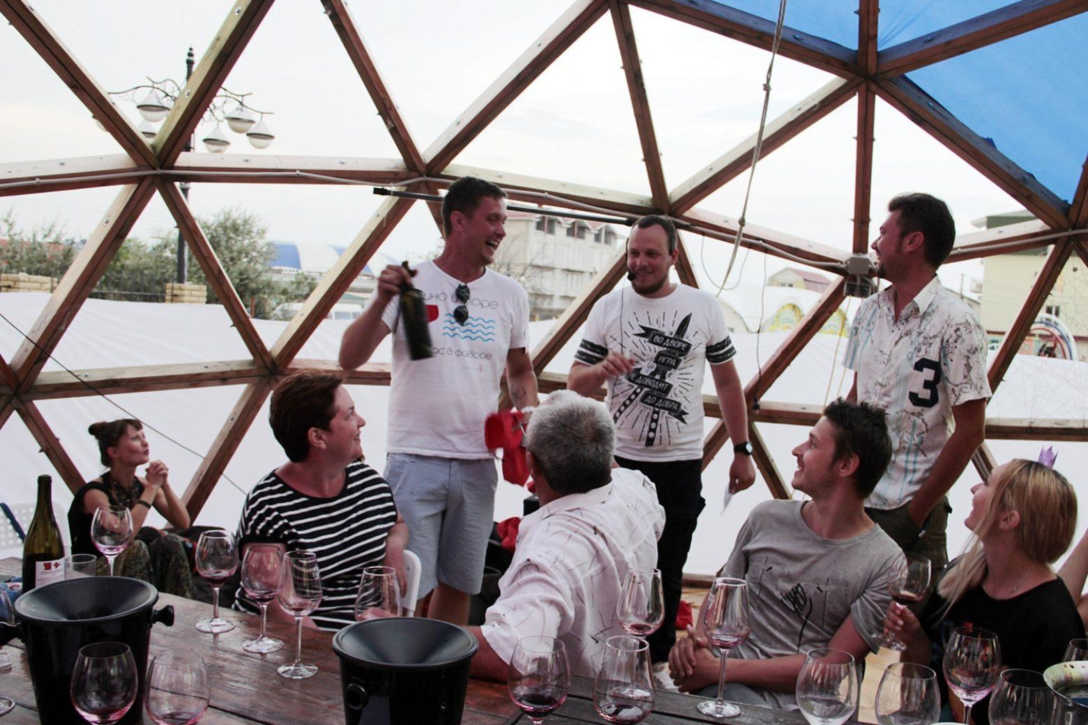 Вскрытие очередного образца. Слева направо – Сергей Невский, Алексей Чернега, Игорь Ершов