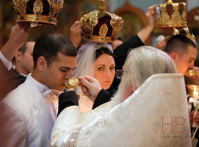 Чаша с кагором подается новобрачным во время венчания