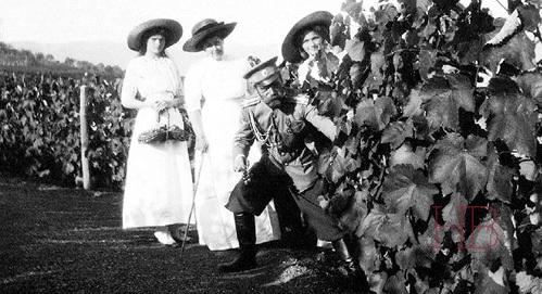 Царская семья на виноградниках Крыма