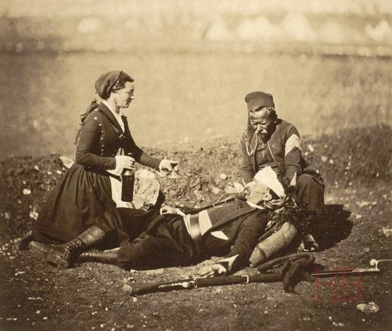 Медсестра угощает вином раненых зуавов. Севастополь, 1855