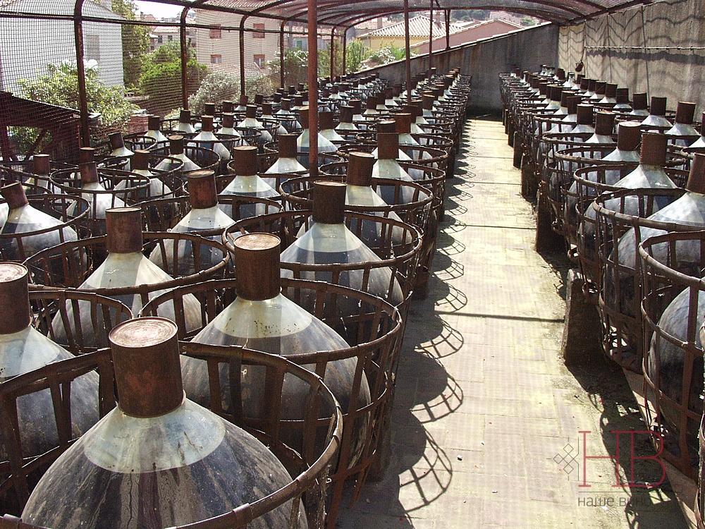 В Банюльсе (Лангедок-Русильон) выдерживают вина под солнцем в стекляных бутылях