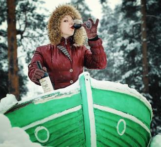 Евгений Шобанов, Москва «Февральская, ощутимо морозная таёжная Мордовия, по которой путешествовать возможно только на специальных снеговых яликах (а глубина снега в тех краях в феврале порой достигает двух и более метров), причём шкипер (в данном случае прекрасная барышня), дабы поддерживать себя в правильном настроении, а также в качестве дополнительного к ветру топлива, просто обязан время от времени выпивать по бокалу какого-нибудь отличного и непременно нашего вина (в данном случае фанагорийского), и тогда всё пойдёт как по маслу!»