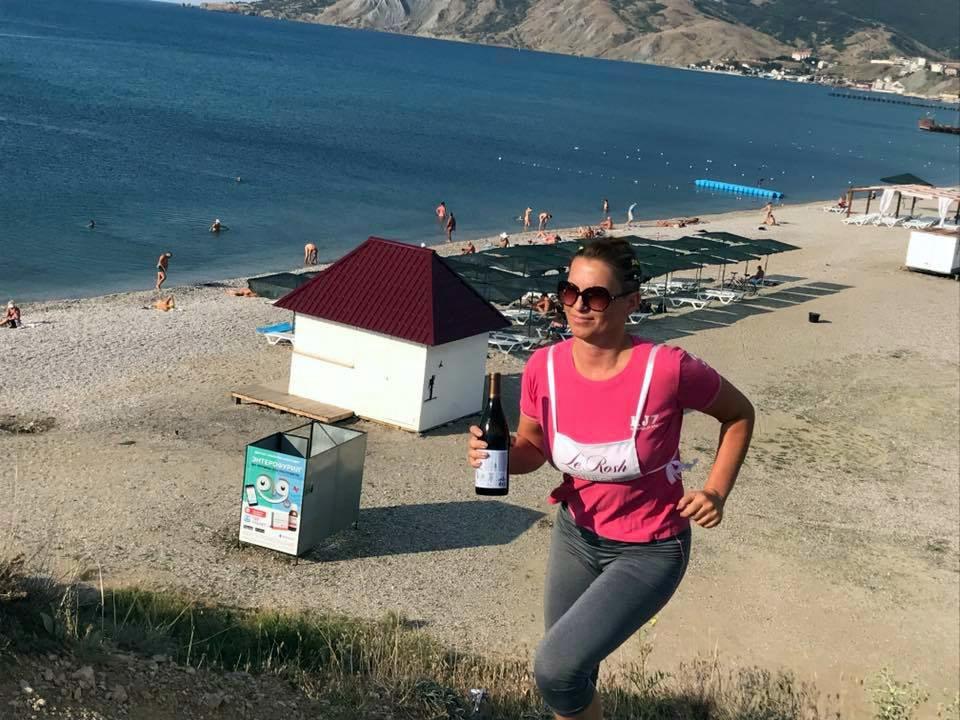7.45 утра 22 июля: участница первой Винной эстафеты забегает на холм Юнге. Рассвет, вино, подъем, Россия.